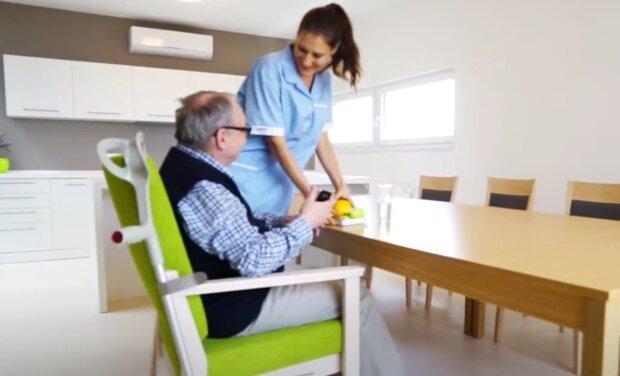 Personál v domovech důchodců. Foto: snímek obrazovky YouTube