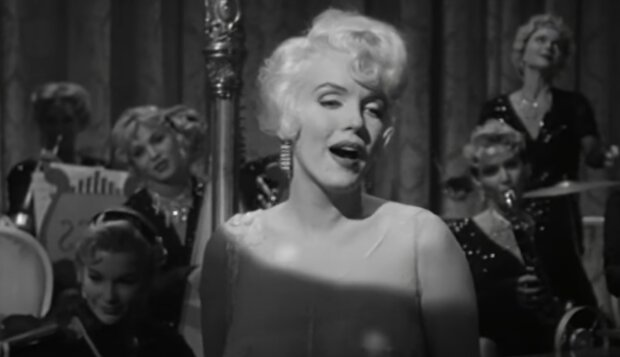 Krásná a čerstvá Marilyn Monroe v lesklých malých šatech na plese s milovaným: manžel nemůže odvrátit pohled od krásky