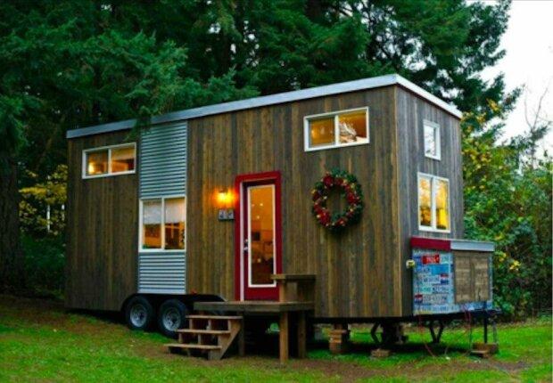 Aby se žena nepotulovala po pronajatých bytech, postavila si malý dům: uvnitř je velmi útulný