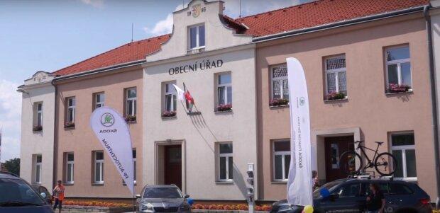 6 let za vyhrožování nožem starostovi Bělotína: útočník je chycen, svět je zachráněn, ale bylo poškozené auto. Policie nadále vyšetřuje detaily.