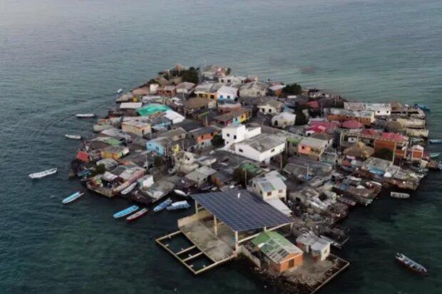 Spousta lidí, škola, dva obchody a jedna kavárna: jak žije a vypadá nejlidnatější ostrov na světě