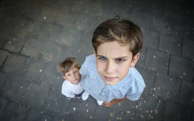 Různé oči: chlapec rád sám sebe, po narození bratra se stejnou zvláštností