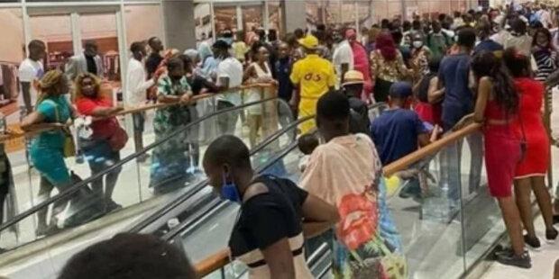 V Kamerunu se otevřelo nákupní centrum a lidé poprvé viděli eskalátor