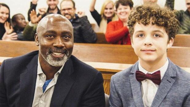 Svobodný muž si adoptoval 13letého chlapce poté, co ho opustili adoptivní rodiče