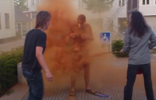 Podivný obřad. Foto: snímek obrazovky YouTube