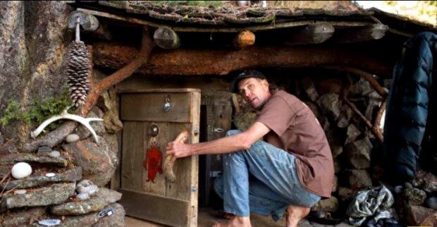 Muž opustil svůj obvyklý způsob života a postavil luxusní sídlo v zemljance