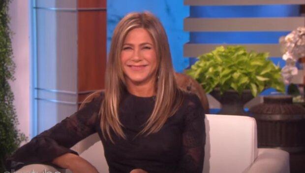 Fanoušci byli rozděleni do dvou táborů. Podle fanoušků je neetické o tom žertovat: Jennifer Aniston byla kritizována za hračku na vánoční stromeček