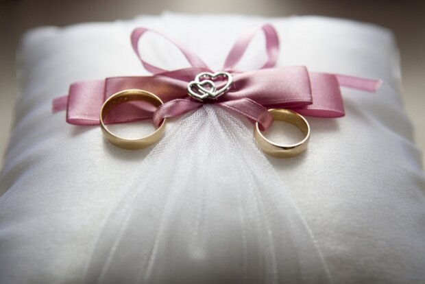 Fotografie novomanželů způsobily na sociálních sítích výsměchy: Pár však dokázal, že jejich manželství je plné lásky