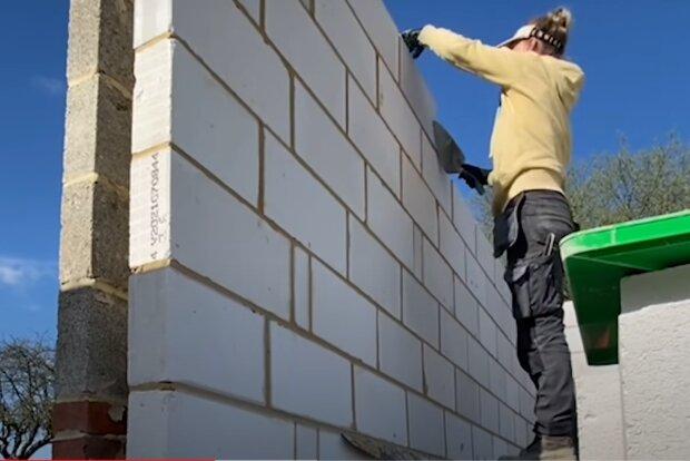 Britka s krásnou postavou, která pracuje ve stavební firmě, kde dělá chlapskou práci, je díky tomu docela známa na TikToku