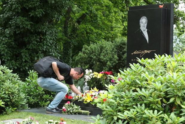 Karel Gott by dnes oslavil 82. narozeniny: První pugét přišel z Hradu. Co kromě květin nesou zpěvákovi fanoušci k hrobu