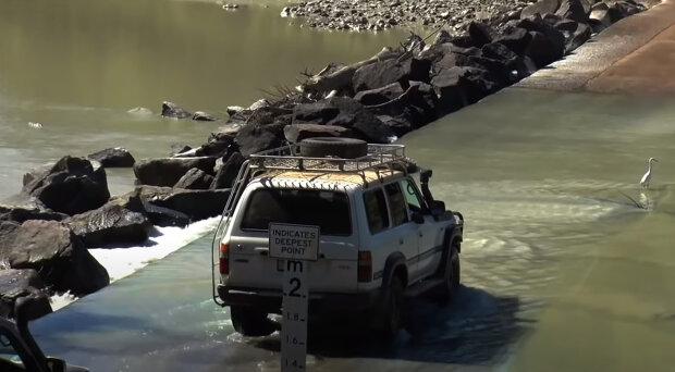 """""""Zůstat naživu"""": záchranáři vyprávěli, proč dva obyvatelé Austrálie celou noc seděli uprostřed řeky plné krokodýlů"""