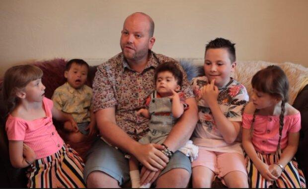 """""""Moje děti jsou mojí součástí: adoptoval jsem pět dětí s různými syndromy"""""""