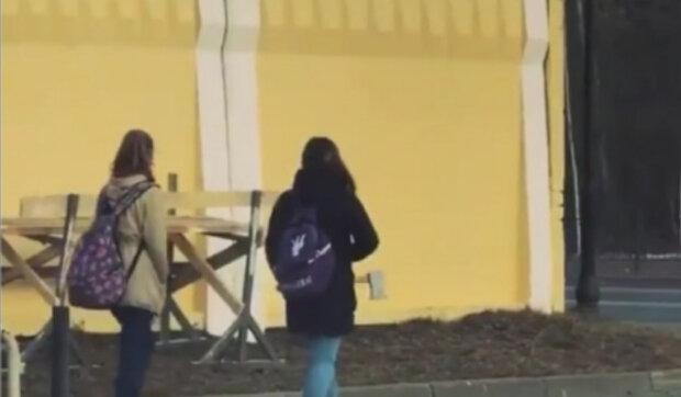 """""""Nejtěžší je zdržet se pomoci své dceři"""": Slepá holčička jde do školy a neví, že ji sleduje  její maminka"""