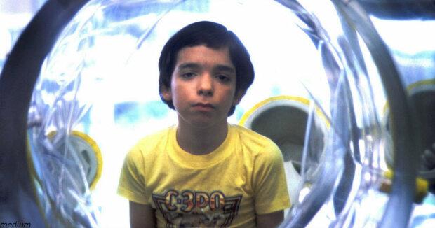12 let v bublině: příběh chlapce bez imunity, který žil o samotě