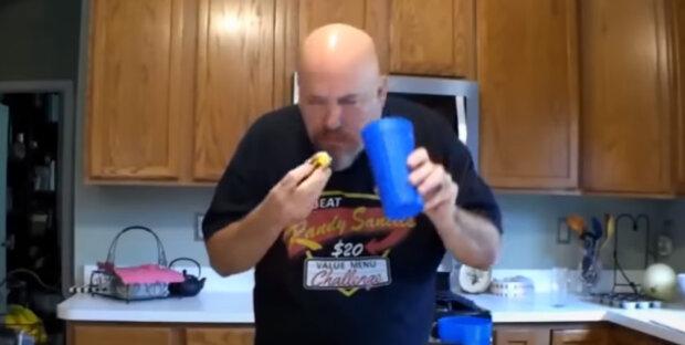 Muž snědl 76 párků v rohlíku za deset minut a překonal vlastní světový rekord