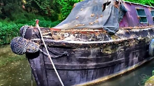 Osmnáctiletý chlapec koupil starý člun a s vlastními rukama ho přeměnil na plavoucí dům