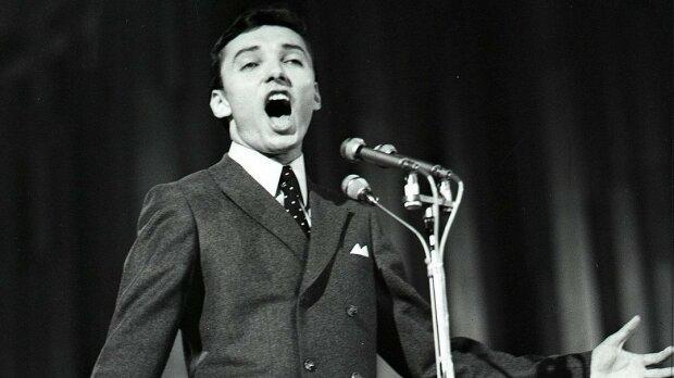 Osm foto perliček Karla Gotta ze zlatých 60. let: Takhle před třicítkou řádil na pódiích