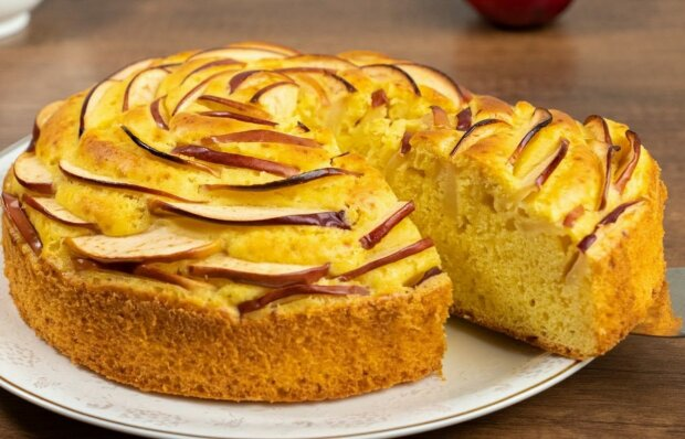 """Charlotte s jablky """"čajová růže"""":  krok za krokem recept na jednoduchý, ale chutný jablečný koláč"""