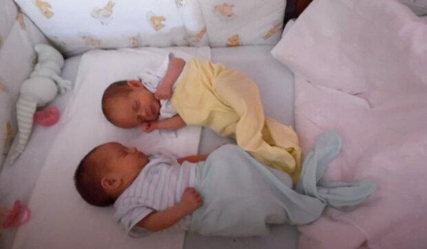 """""""Bylo to tak hezké vidět tlukot srdce"""": Dívky jsou podobné jako dvojčata, ale mají různé časy narození a matky"""