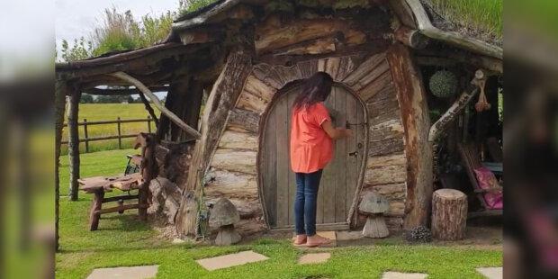 Manželé postavili domek Hobita z odpadků   a pronajímají ho