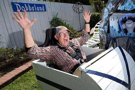 Vše pro děti: Inženýr v důchodu staví Disneyland pro své vnoučata na zahradě