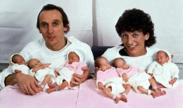Manželům se narodily šesterčata: jak vypadají o 35 let později