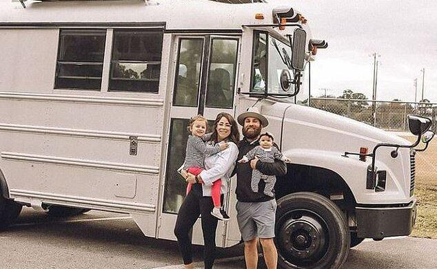 """""""O trochu jsou sobě blíž"""": Pár, který prodal obrovský dům, aby si koupil mobilní dům, sdílel, jak to ovlivnilo jejich rodinu"""