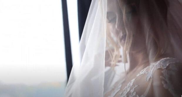 """Holka uviděla své svatební video a zklamala: jeden """"módní"""" detail navždy zkazil šťastné vzpomínky"""