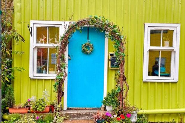 Žena provedla v domě rekonstrukci, po které bydlení zahrálo všemi barvami duhy: jak vypadá dům zevnitř