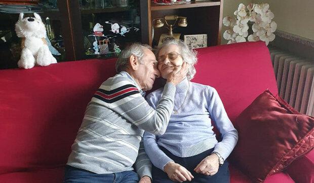Mužovi je 81 let, nemůže navštívit svou ženu v nemocnici, a tak jí pod oknem zpívá písničky