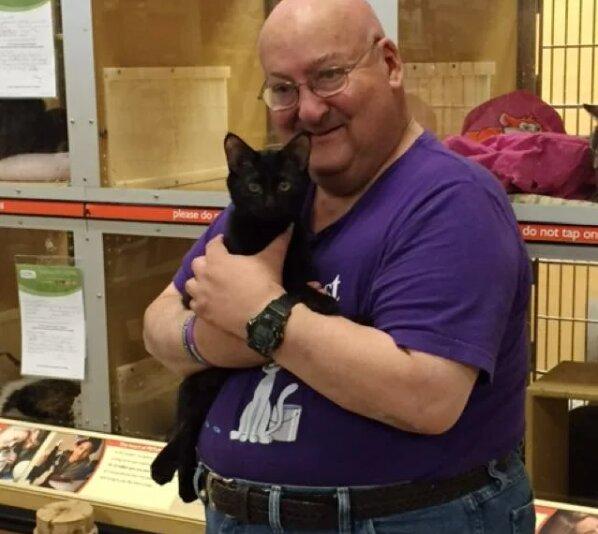 Muž vzal kotě z útulku: mazlíček pravidelně zachraňuje život svého majitele